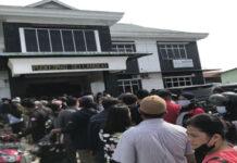 Ratusan Warga Berjubel Ikuti Vaksinasi Tahap II di Puskesmas Sei Langkai, Sagulung, Kota Batam, Sabtu (24/7/2021). (Paskalis RH/BTD)
