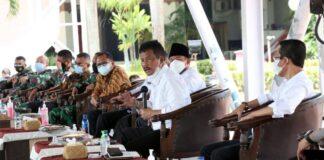 Wali Kota Batam Muhammad Rudi (pegang mic) saat menyampaikan tentang penerapan PPKM Level 4 di Dataran Engku Putri, Batam Center, Rabu (21/7/2021). (Foto: Media Center)