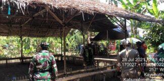 Seorang pria di Buleleng, Bali, bernama Ketut Budi Arjana diamankan aparat karena menggelar judi sabung ayam saat kasus COVID-19 melonjak hampir sebulan ini. (Foto: dok. Satpol PP)
