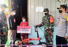 Kapolres Kutai Barat AKBP Irwan Yuli Prasetyo dan Kepala staf Kodim 0912, Mayor Czi Vispayudha Auguzta, menyerahkan bantuan sepeda kepada Vino di rumah orangtuanya, RT 04 Kampung Purworejo kecamatan Tering, Kutai Barat, Selasa (27/7/2021). (Foto dari RRI)