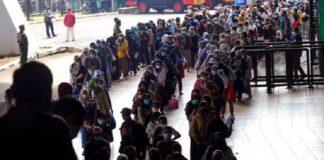Antrean panjang warga untuk menerima vaksin Sinovac COVID-19 saat vaksinasi massal di stadion sepak bola di Bandung, Jawa Barat, pada 17 Juni 2021. (Foto: AP/Bukbis Candra via Channel News Asia)