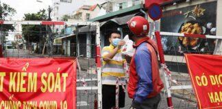 Seorang pria yang tinggal di daerah yang dikunci/lockdown menerima makanan melalui barikade selama pandemi penyakit coronavirus (COVID-19) di Kota Ho Chi Minh, Vietnam, pada 20 Juli 2021. (Foto: REUTERS/Stringer via CNA)