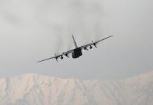 Sebuah pesawat C-130 milik Angkatan Udara Afghanistan. Sebanyak 22 pesawat tempur dan 24 helikopter militer Afghanistan melarikan diri saat Taliban menguasai ibu kota negara itu, Kabul. Satu di antara puluhan pesawat militer itu jatuh di Uzbekistan. [File: Ahmad Masood / Reuters via Al Jazeera]