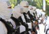 Taliban menerbitkan serangkaian foto pejuang mereka di parade Hari Kemerdekaan mengacungkan senjata serbu buatan Amerika Serikat (AS). (Foto dari CNN)