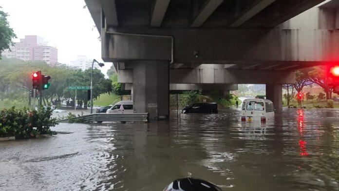 Kendaraan terjebak genangan air dekat Pasir Ris Drive 12. (Foto: Facebook/Dan Chong via CNA)