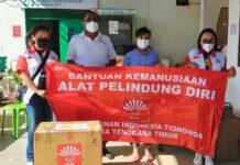 Perhimpunan Indonesia Tionghoa Provinsi Nusa Tenggara Timur (INTI NTT) menyerahkan bantuan 50 baju hazmat kepada DR Fima Inabuy selaku Ketua Laboraturium Biologi Molekuler Kesehatan Masyarakat NTT, Rabu (25/8/2021).