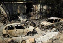 Mobil yang terbakar di luar sebuah rumah yang hancur akibat kebakaran hutan di dekat desa Grimaud di Var, Prancis selatan. (Foto: Nicolas Tucat/AFP/Getty Images via Guardian)