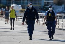Sydney menghadapi satu bulan tambahan penguncian, dan wilayah barat akan diberlakukan jam malam, saat Australia memerangi wabah virus corona. (Foto: Bianca de Marchi/AAP via Guardian)