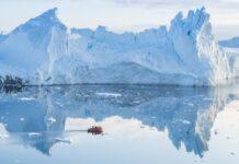 Gunung es dekat Ilulissat. Hujan mengguyur puncak gunung es di Greenland, menjadi fenomena alam yang membingungkan para ilmuwan. Krisis iklim memiliki dampak besar pada gletser. (Foto: Ulrik Pedersen/NurPhoto/REX/Shutterstock via Guardian)