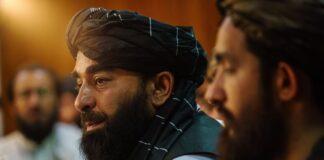 Zabihullah Mujahid, juru bicara Taliban, mengadakan konferensi pers. (Foto: Marcus Yam/Los Angeles Times/Rex/Shutterstock via Guardian)