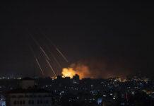 Ilustrasi: Asap mengepul menyusul serangan rudal Israel ke Kota Gaza pada 13 Mei 2021. (AP/Khalil Hamra via Times of Israel)