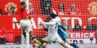 Bruno Fernandes (merah) ketika mencetak gol pembuka Manchester United saat melawan Leeds United pada pekan pertama Liga Premier Inggris di Stadion Old Trafford, Sabtu (14/8/2021). (Foto dari Premierleague.com)