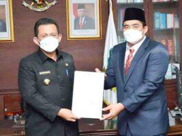 Foto Gubernur Kepri, Ansar Ahmad menyerahkan SK penunjukan Plt Bupati Bintan kepada Wakil Bupati Bintan Robby Kurniawan di Dompak, Tanjungpinang (23/8/21)