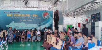 TNI AL Dabo Singkep melaksanakan vaksinasi di atas Kapal Perang Republik Indonesia (KRI) Semarang-594 di perairan Kabupaten Lingga, Kamis (26/08/2021).
