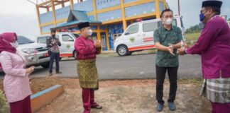 Pemerintah Kabupaten Lingga, menyerahkan 2 unit mobil Ambulance untuk operasional Puskemas Resang dan Puskesmas Lanjut, bertempat di Puskesmas Lanjut, Desa Lanjut, Kecamatan Singkep Pesisir, Kabupaten Lingga, Jum'at (27/08/2021).