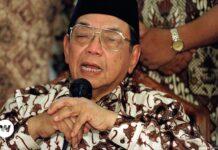 KH Abdurrahman Wahid atau akrab disapa Gus Dur, adalah seorang pemimpin agama dan politik Muslim Indonesia yang menjabat sebagai presiden keempat Indonesia (20 Oktober 1999 – 23 Juli 2001). Gus Dur lahir pada 7 September 1940 di Kabupaten Jombang, Jawa Timur. Meninggal 30 Desember 2009 di Jakarta. (Wikipedia)