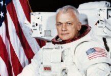 Neil Alden Armstrong, adalah seorang astronot Amerika dan insinyur penerbangan, dan orang pertama yang berjalan di Bulan.