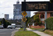 Tulisan untuk memperingatkan warga tidak keluar rumah ditampilkan pada layar di Sydney barat, Senin 2 Agustus 2021, ketika penguncian Covid-19 diperpanjang di kota itu. (Foto: AFP / Saeed Khan via asiatime)