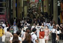 Orang-orang yang memakai masker di jalan pada area perbelanjaan di Kota Osaka pada 2 Agustus 2021. Pemerintah Jepang memutuskan untuk memperpanjang keadaan darurat hingga 31 Agustus 2021 di Tokyo dan Prefektur Okinawa karena jumlah orang yang baru terinfeksi meningkat. (Foto: AFP / Takayuki Hamai / The Yomiuri Shimbun via asiatimes)