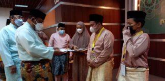 Bupati dan Wakil Bupati Karimun menyerahkan saguhati kepada para pemenang STQH Kepri 2021 di aula Masjid Agung Karimun. Foto Suryakepri.com/YAHYA