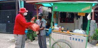 Penjual Siomay dan tukang gorengan menangis mendapat bantuan sembako yang disalurkan Badan Intelijen Negara (BIN) Kepri, di Bengkong Indah Swadebi dan Kampung Belimbing Bengkong, Sabtu (14/8/2021).