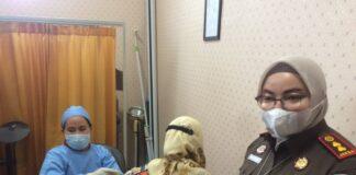Kajari Karimun Meilinda saat meninjau pelaksanaan vaksinasi massal yang dilakukan jajarannya, Senin (23/8/2021). Foto Suryakepri.com/YAHYA