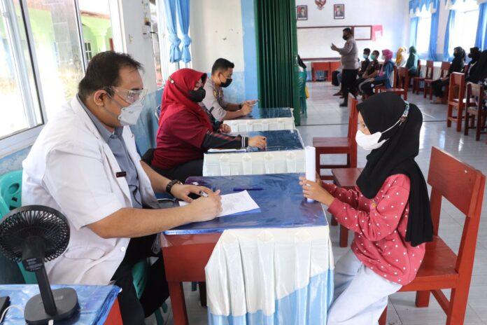Seorang siswa SMPN 3 Tebing, Kabupaten Karimun tengah menjalani screening sebelum diberikan suntikan vaksin Covid-19 oleh tim Vaksin Goes To School Polres Karimun, Sabtu (28/8/2021). Foto Suryakepri.com/YAHYA