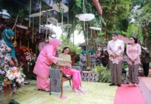 Acara siraman putri bungsu Dr HM Soerya Respationo SH MH, Bidadari Mahardhika Respaty SH LLM, Jumat (27/08/2021).