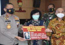Kapolda Sumsel Irjen Pol Eko Indra Heri, bersama Gubernur Sumsel Herman Deru menerima bantuan sebesar Rp 2 triliun dari pengusaha asal Langsa, Aceh Timur untuk dana penanganan Covid-19, Senin (26/7/2021).(DOK. HUMAS POLDA SUMSEL)