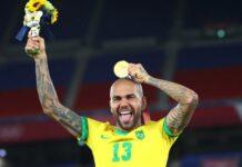 Kapten Brasil Dani Alves (38) memamerkan medali emas yang diraihnya bersama Tim U-23 Brasil pada final sepak bola putra Olimpiade Tokyo 2020 usai mengalahkan Spanyol dengan skor 2-1 di Stadion Internasional Yokohama, Yokohama, Jepang, Sabtu (7/8/2021). (Foto: REUTERS/Thomas Peter via CNA)