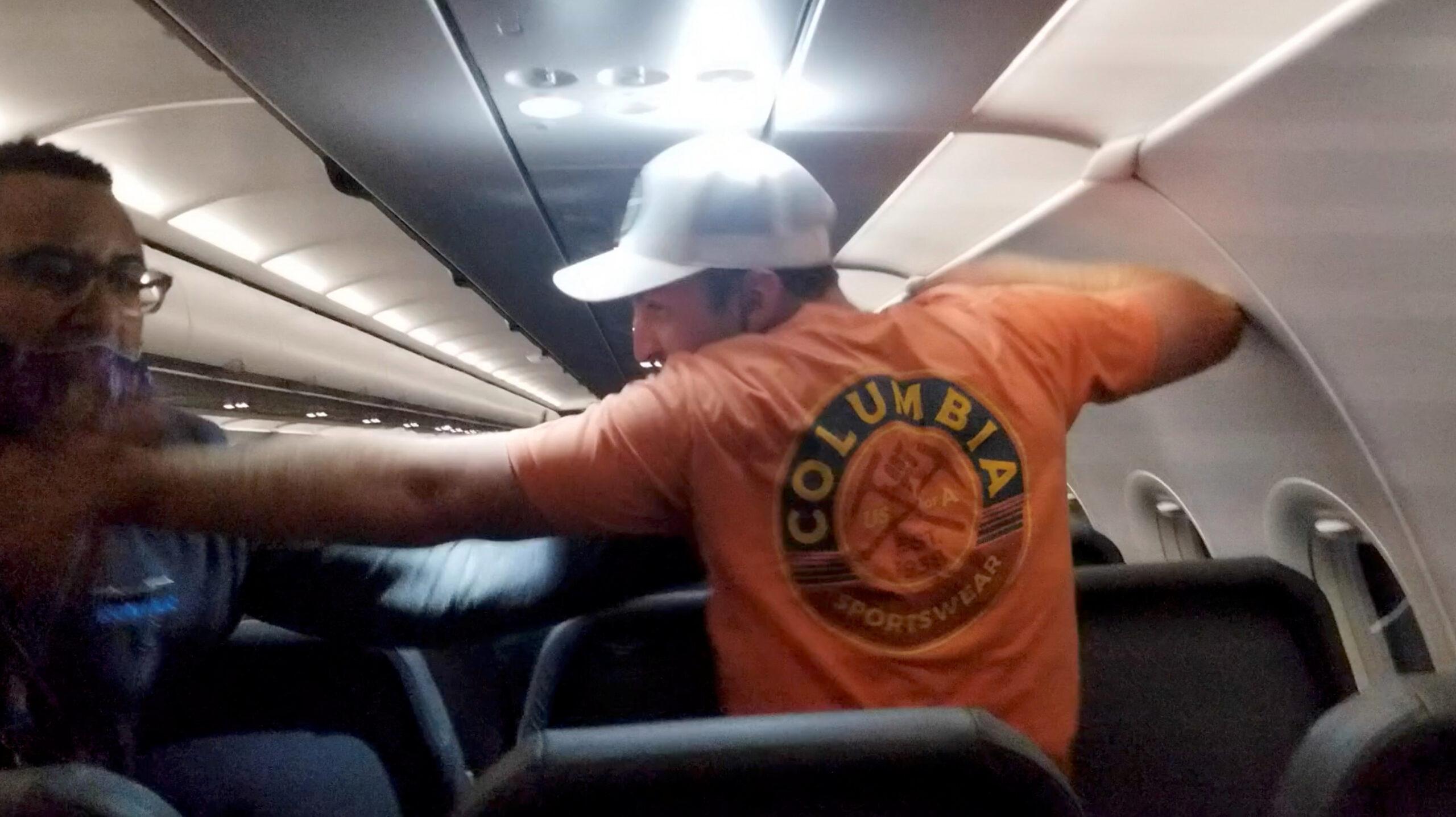 Berry memukuli pramugara Frontier Airlines. Penumpang yang mengambil video menggambarkan Berry bertindak 'agresif'. (Foto Reuters 247newsaroundtheworld)
