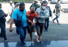 Tersangka IR dihadirkan di Mapolrestabes Bandung, Jumat (27/8). ©2021 Merdeka.com