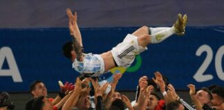 Bukan pelatih Lionel Scaloni, tetapi para pemain Argentina justru melambungkan Lionel Messi saat mereka menjuarai Copa America 2021 setelah mengalahkan Brasil 1-0 di final. (Foto dari psg.fr)