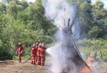 Tim Damkar PT Timah dan Tim Damkar Kecamatan Kundur, Karimun saat latihan bersama penanggulangan bahaya kebakaran, Kamis (5/8/2021). Foto Suryakepri.com/IST