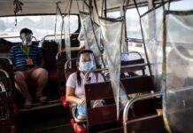 Penumpang di dalam bus duduk dengan jarak sosial pada hari pertama penguncian dua minggu untuk mencegah penyebaran varian Delta coronavirus yang sangat menular, di Quezon City, Metro Manila, Filipina, 6 Agustus 2021. (REUTERS/Eloisa Lopez)