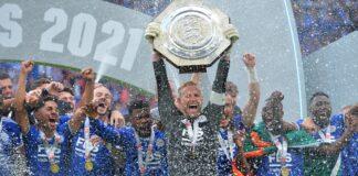 Kiper sekaligus kapten Leicester City Kasper Schmeichel mengangkat trofi Community Shield usai menang 1-0 atas Manchester City di Stadion Wembley, London, Sabtu (7/8/2021). (Foto dari twitter)