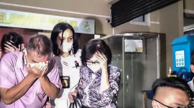 Keluarga almarhum Akidi Tio saat tiba di Markas Polda Sumatera Selatan, Palembang, Senin. (ANTARA/M Rieko Elko)