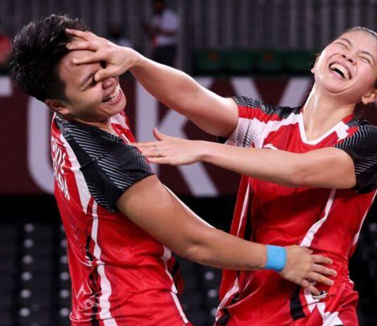 Pebulutangkis ganda putri Indonesia, Greysia Polii (kanan) dan Rahayu Apriyani, meluapkan kegembiraan usai mengandaskan ganda andalan Korea Selatan, Lee Soo Hee dan Shin Seung Chan dalam babak semifinal Olimpiade Tokyo, Sabtu (31/7/2021). Foto dari BBC