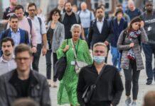 Penumpang di London Bridge. Prof Sir Andrew Pollard, direktur Oxford Vaccine Group, mengatakan: 'Varian Delta masih akan menginfeksi orang yang telah divaksinasi.' (Foto: Guy Bell/REX/Shutterstock via Guardian)