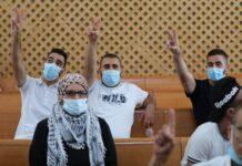 Warga Palestina di lingkungan Yerusalem Timur Sheikh Jarrah menghadiri diskusi di pengadilan tertinggi Israel pada Senin (2/8/2021). (Foto: Abir Sultan/EPA via Guardian)