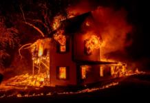 Sebuah rumah terbakar di Jeters Road saat Dixie Fire melompati Highway 395 selatan Janesville, California, pada 16 Agustus 2021. [Ethan Swope/AP Photo via Al Jazeera]