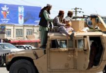Pejuang Taliban berjaga di depan Bandara Internasional Hamid Karzai, di Kabul, Afghanistan, pada 16 Agustus 2021. Ribuan orang menyerbu landasan dan memaksa masuk ke pesawat dalam upaya putus asa untuk melarikan diri dari negara itu. [AP Photo/Rahmat Gul via Al Jazeera]