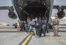Sejumlah keluarga mulai menaiki Boeing C-17 Globemaster III Angkatan Udara AS saat evakuasi di Bandara Internasional Hamid Karzai di Kabul, Afghanistan, Senin, 23 Agustus 2021 [Sgt. Samuel Ruiz/Korps Marinir AS melalui AP Photo]