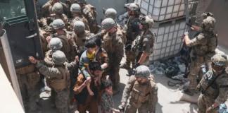 Marinir AS dan pasukan koalisi Norwegia membantu keamanan di Pos Pemeriksaan Kontrol Evakuasi memastikan pengungsi diproses dengan aman selama evakuasi di Bandara Internasional Hamid Karzai, Kabul, Afghanistan [File: Staff Sersan. Victor Mancilla/Reuters via AL Jazeera]
