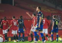 Wasit Mike Dean memberikan kartu merah kepada Alex Jankewitz karena melanggar Scott McTominay saat laga baru bergulir 79 detik pada laga Liga Premier 2020/21 di Old Trafford, Rabu 3 Februari 2021. MU menang telak 9-0 atas Southampton. (Foto dari Premierleague.com)
