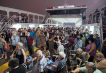 Ribuan orang telah dievakuasi dengan feri. (Foto dari Sky News)