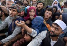 Pengungsi Afghanistan yang telah melarikan diri dari Taliban yang maju mencari bantuan di sebuah kamp di Kabul, Afghanistan. (Foto: Paula Bronstein/Getty Images via Guardian)