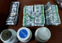 Barang bukti obat terlarang yang diamankan polisi berupa dua botol plastik berisi pil warna kuning jenis Hexymer dengan jumlah 1.180 butir/tablet, 1.035 butir pil tramadol HCL, dan 87 butir pil Trihexyphinidyl.(Foto: Humas Polri).