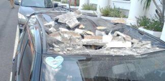 Satu unit mobil Suzuki Ignis tertimpa reruntuhan di kantor Gubernur Kepri (Foto: Istimewa)