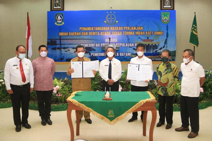 Penandatanganan naskah perjanjian hibah daerah dan berita acara serah terima hibah aset Barang Milik Daerah (BMD), antara Pemerintah Provinsi Kepulauan Riau (Kepri) dan Pemerintah Kota (Pemko) Batam di Kantor Kejaksaan Tinggi Kepri, Senin (27/9/2021).